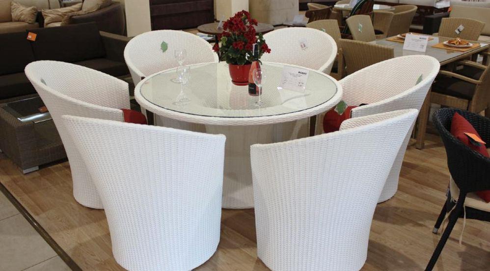 Белый ротанговый столик и стулья в ресторане