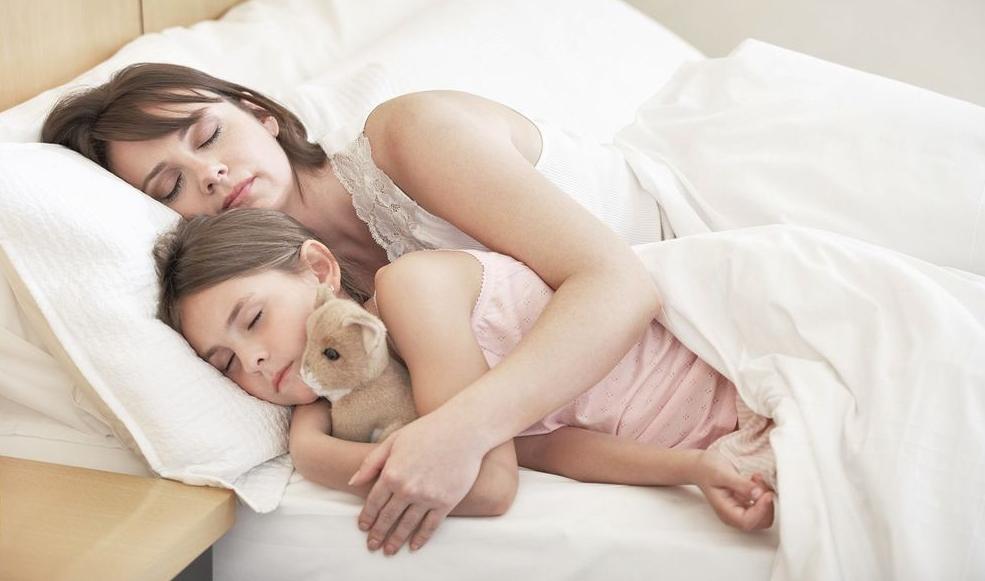 Ребенок с матерью на ортопедическом матрасе