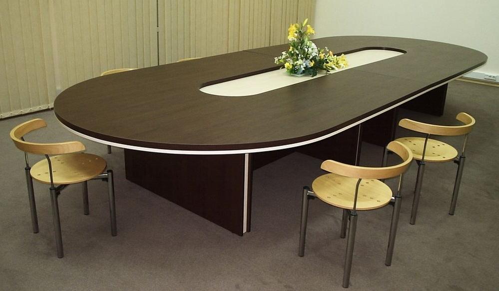 Стол для переговоров со стульями