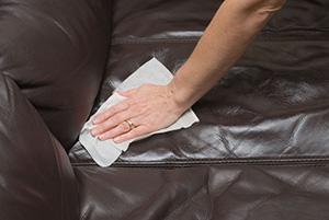 Влажной салфеткой вытираем загрязнение на диване