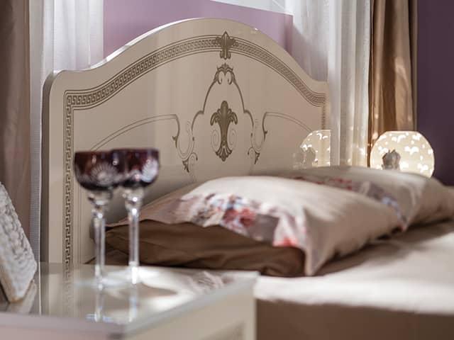 Бокалы вина возле кровати