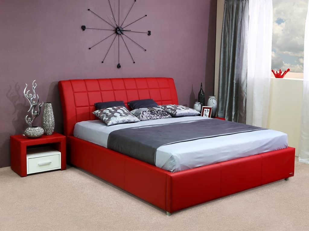 Кровать в красных тонах в спальне