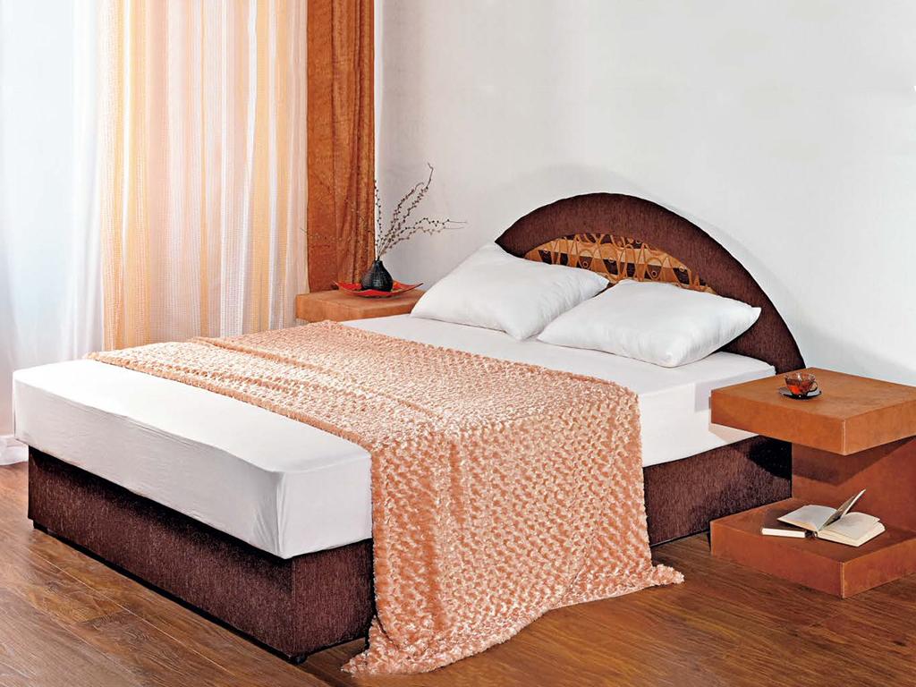 Кровать из  массива сосны в спальне